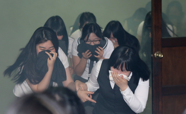 Students participate in a fire drill at Ewha Media High School in northeast Seoul, Thursday. (Yonhap)