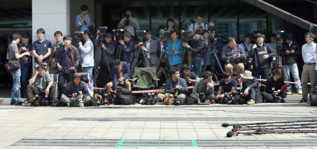 Reporters wait for the arrival of Yoo Byung-eon outside Incheon District Prosecutors' Office on Friday. ( Yonhap)