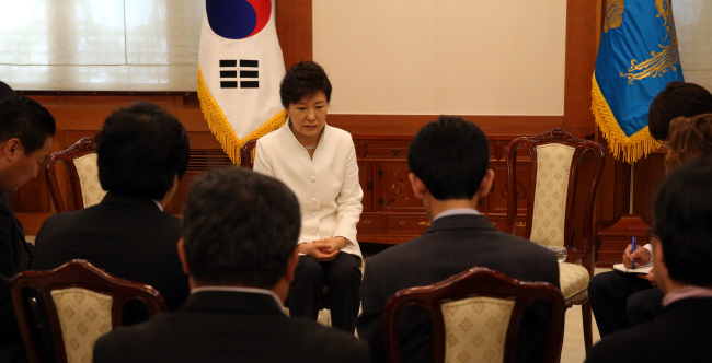 President Park Geun-hye meets with families of the Sewol victims at Cheong Wa Dae on Friday. (Park Hyun-koo/The Korea Herald)
