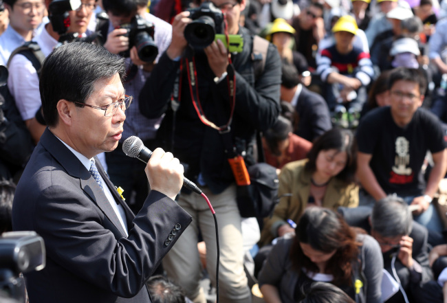KBS president and chief executive Gil Hwan-young (left) apologizes to the families of the victims of the ferry disaster during their sit-in near Cheong Wa Dae on May 9 over inflammatory remarks by the head of the network's news bureau. Yonhap