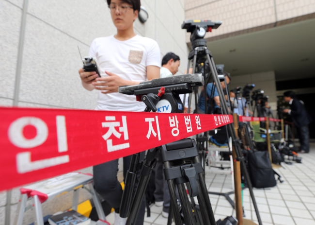 Reporters wait for Yoo Byung-eon, the de facto owner of the sunken ferry Sewol, to appear at an Incheon court hearing Tuesday on whether to arrest him. Yoo did not show up. (Yonhap)