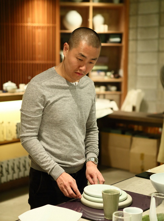 Lee looks at items on display at KwangJuYo, which supplies dinnerware for Benu, in Ichon, Gyeonggi Province, Monday. (Choi Si-nae/Bicena)