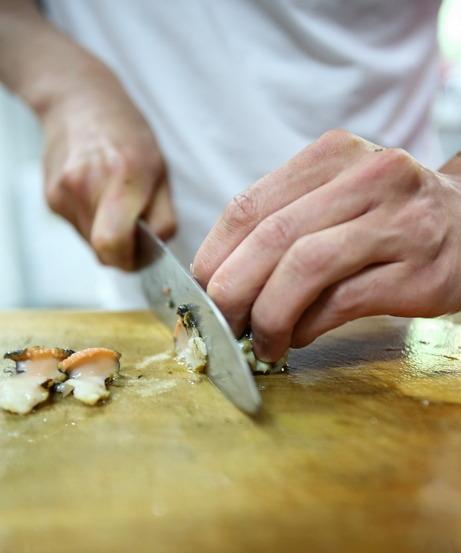 Chef Corey Lee's hands at work (Choi Si-nae/Bicena)
