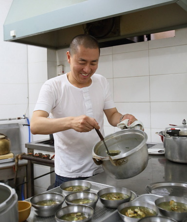 Lee ladles conch soup into bowls on Wednesday. (Choi Si-nae/Bicena)