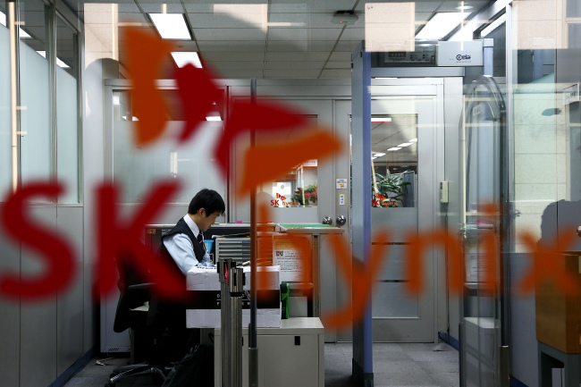 A receptionist works at SK hynix's office in Seoul. (Bloomberg)