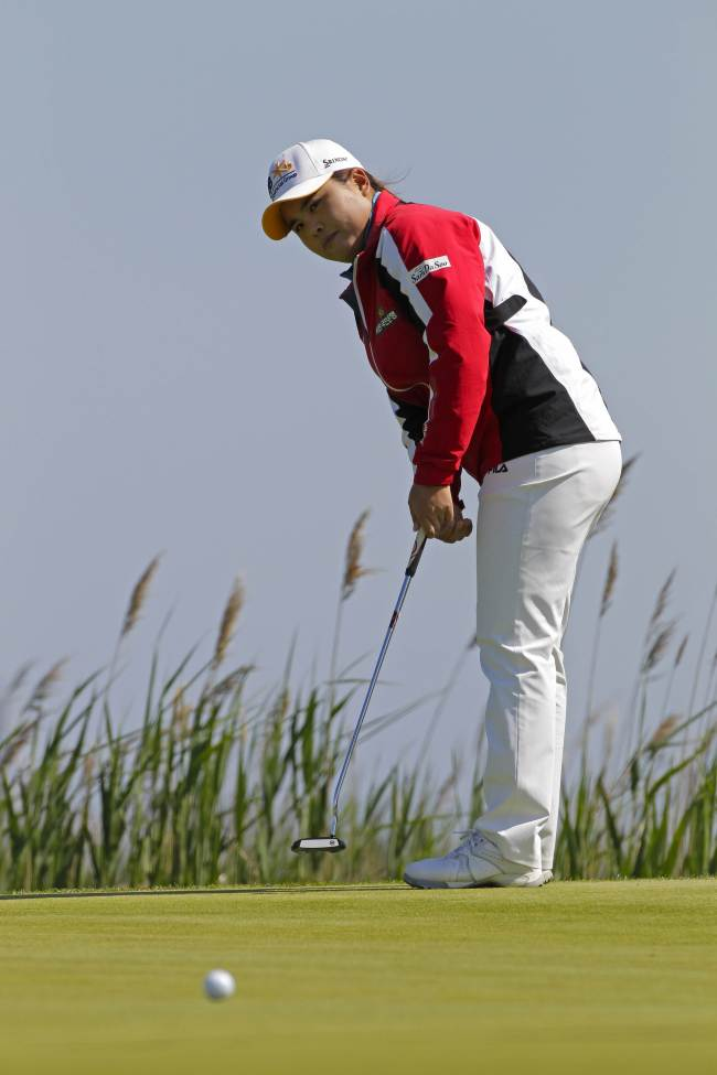 Korea's Park In-bee putts for a birdie on the second hole on Saturday. (AFP-Yonhap)