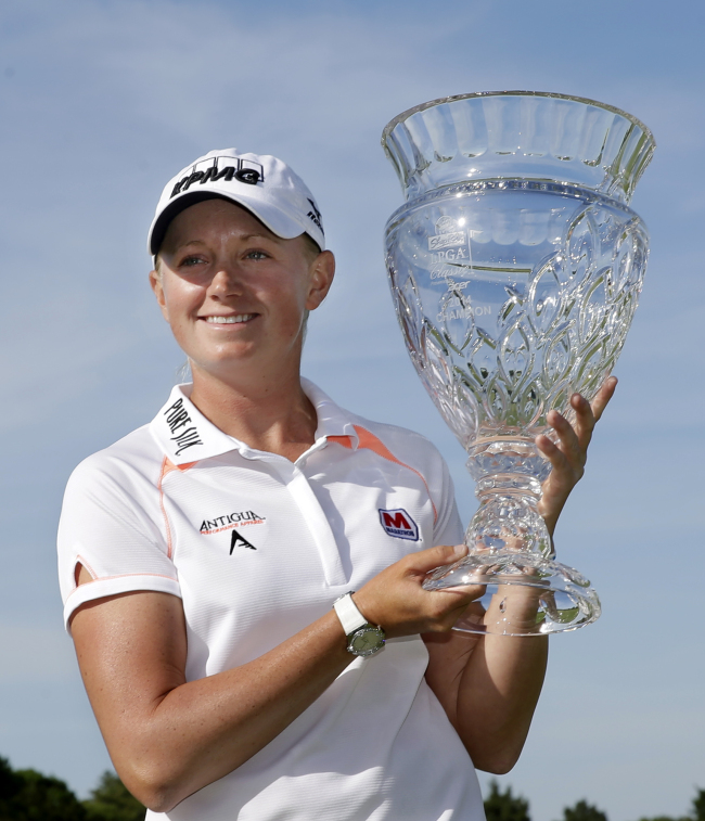 Stacy Lewis poses with the winner's trophy on Sunday. (AP-Yonhap)