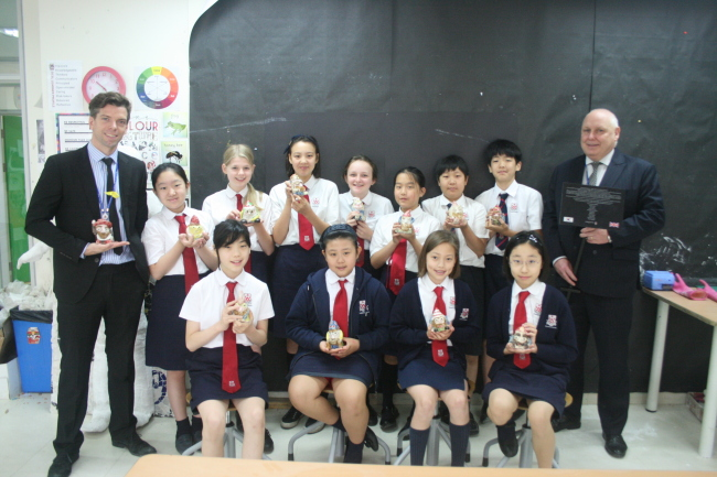 Dulwich College Seoul headmaster Darryl Orchard (right), art teacher Andy Brown (left) and the students whose gnomes will be sent to England: Sophie Ahn, Erin Choi, Danny Chung, Claire Kim, Stella Kim, Lainie Norris, Sarah Park, Antonella De Santis, Kyla Schroeder, Imani Squires and William Kang. (Paul Kerry/The Korea Herald)
