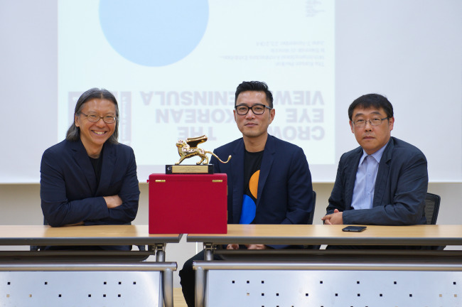 The Korea Pavilion's cocurator Bae Hyung-min (left), commissioner Cho Min-suk (center) and cocurator Ahn Chang-mo present the Golden Lion at a press conference held in Seoul on Thursday. (Arts Council Korea)