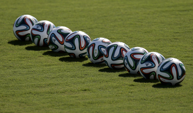 Balls put in line on a pitch during a training session of Russian national soccer team in Itu, Brazil, on Friday, June 13, 2014. Russia will play in group H of the 2014 soccer World Cup. (AP-Yonhap)