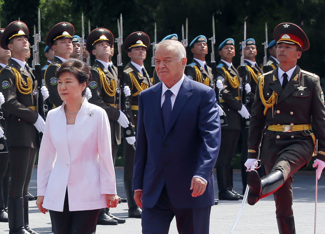 Presidents Park Geun-hye and Islam Karimov inspect the honor guard at the presidential palace in Tashkent, Uzbekistan, Tuesday. (Yonhap)