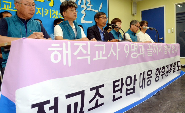 Kim Jeong-hoon, the president of the Korean Teachers and Education Workers Union, speaks during a press conference at its headquarters in Seoul on Monday. (Ahn Hoon/The Korea Herald)