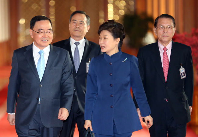 President Park Geun-hye enters a conference hall at Cheong Wa Dae to attend a Cabinet meeting on March 4 with Prime Minister Chung Hong-won (left) and Chief of Staff Kim Ki-choon (right). (Yonhap)