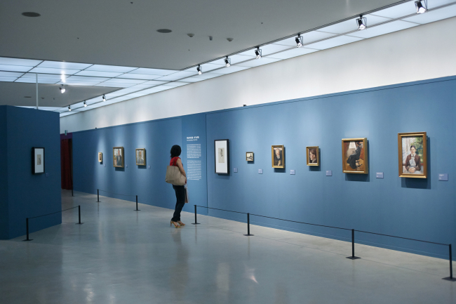 A visitor browses the Edvard Munch exhibition at the Seoul Arts Center.