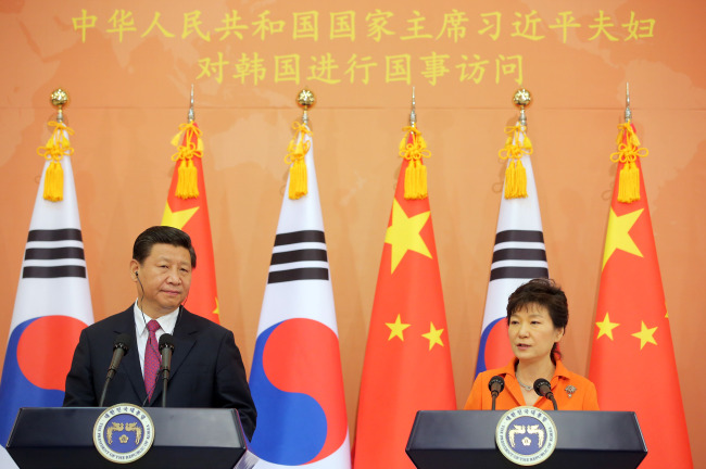 President Park Geun-hye and Chinese leader Xi Jinping attend a joint news conference at Cheong Wa Dae on Thursday. (Yonhap)