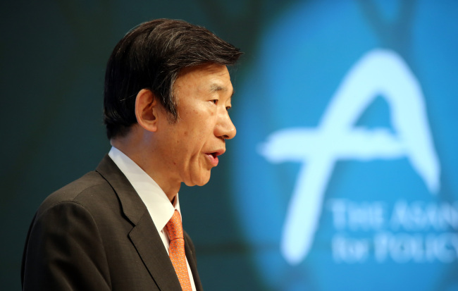 Foreign Minister Yun Byung-se speaks at a forum at the Asan Institute for Policy Studies in Seoul, Wednesday. (Yonhap)