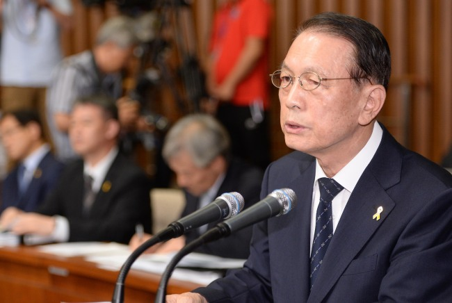 Presidential Chief of Staff Kim Ki-choon reports to the National Assembly on Thursday to answer questions about the bungled rescue operations following the ferry disaster on April 16. (Lee Gil-dong/The Korea Herald)