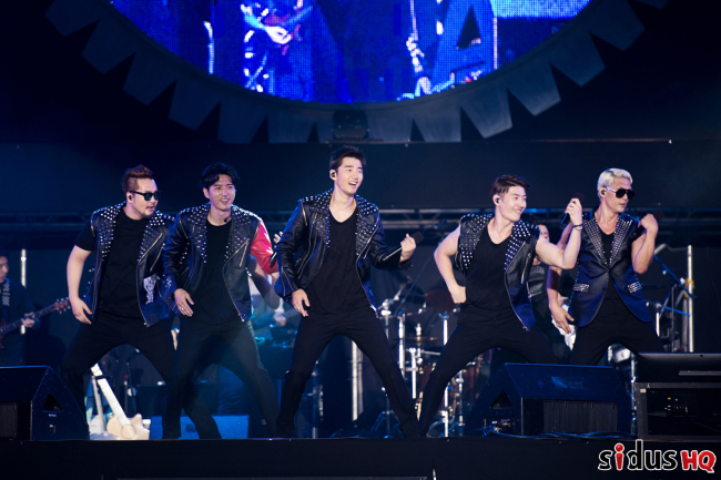 g.o.d. performs at Auxiliary Stadium at Jamsil Sports Complex on Saturday. (sidusHQ)