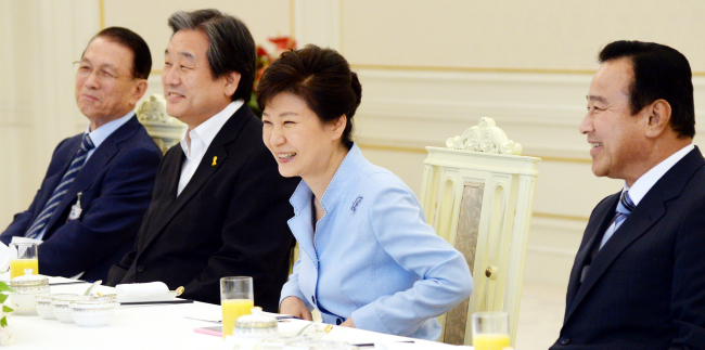 President Park Geun-hye (right) meets the ruling Saenuri Party's new leadership Tuesday at Cheong Wa Dae. Rep. Kim Moo-sung (center) was elected as Saenuri chairman at the party's national convention on Monday. (Park Hyun-koo/The Korea Herald)