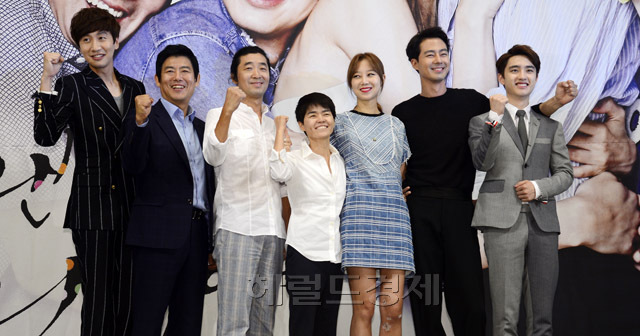 From Left: Actors Lee Kwang-soo, Sung Dong-il, director Kim Gyu-tae, screenwriter Noh Hee-kyung, actors Gong Hyo-jin, Jo In-sung and EXO member D.O. (Park Hae-mook/The Korea Herald)