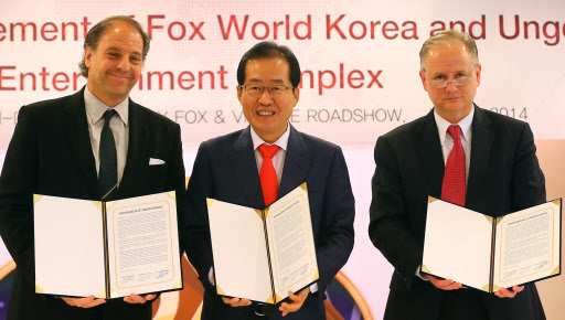 South Gyeongsang Province, 20th Century Fox and Village Roadshow signed a three-party MOU on Wednesday to build a global theme park in the Busan-Jinhae FEZ by 2018. (From left) Fox Consumer Products president Jeffrey Godsick, South Gyeongsang Gov. Hong Joon-pyo and Village Roadshow CEO Tim Fisher. (Yonhap)