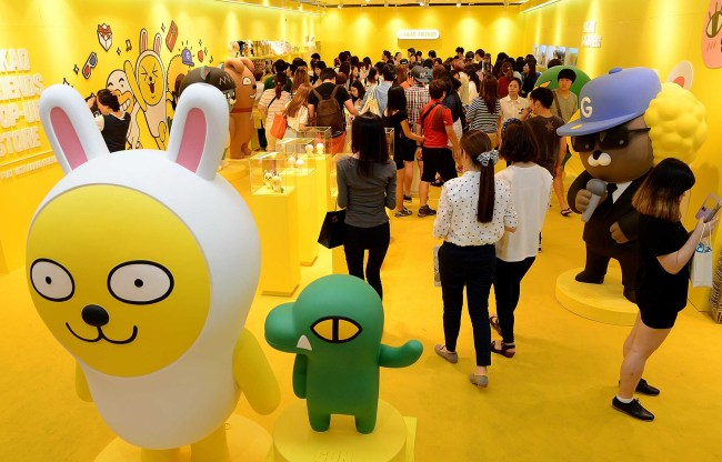 Customers look around Kakao's pop-up store at Lotte Department Store in Busan on July 5. (Yonhap)