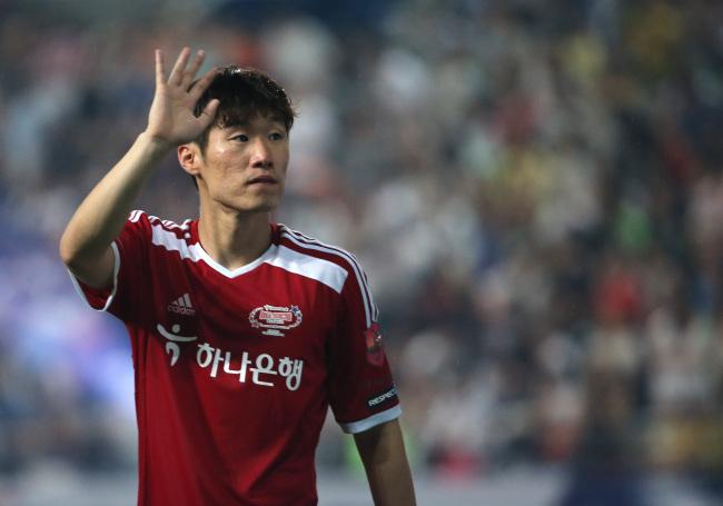Park Ji-sung waves to fans. (Yonhap)
