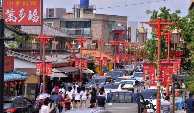 Tourists fill the streets of Korea's biggest Chinatown in Incheon. (Lee Sang-sub/The Korea Herald)