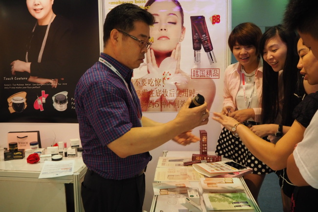 Lee Seung-jae, CEO of Aroma Newtech, presents his products to visitors at his booth at the trade show last Thursday. (KITA)