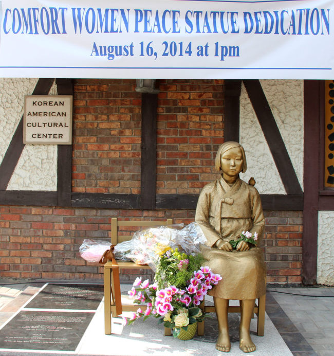 A bronze statue depicting a victim of Japan's wartime sexual slavery is dedicated at the Korean American Cultural Center of Michigan in Southfield, Michigan, Saturday. (Yonhap)