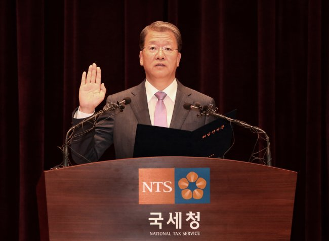 National Tax Service Commissioner Lim Hwan-soo takes an oath during his inauguration ceremony in Seoul on Thursday. (National Tax Service)