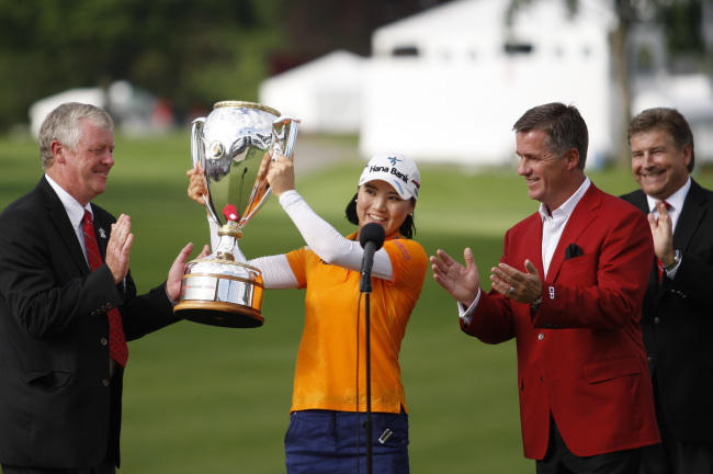Korea's Ryu So-yeon poses with the winner's trophy at the Canadian Pacific Women's Open on Sunday. (USA Today-Yonhap)