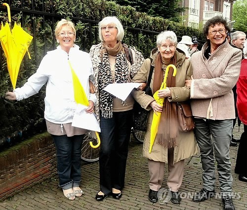 Human rights activist Thea Bisenberger-van de Wal (second from left) participates in the anti-sex slavery protest in Hague, Netherlands, on April 8. (Yonhap)