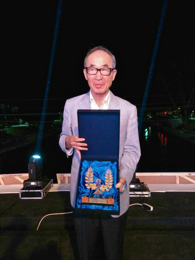 This photo provided by the Korean National Commission for UNESCO on Monday shows South Korean poet Ko Un holding the Golden Wreath Award at the 53rd Struga Poetry Evenings, an annual international poetry festival held in the Macedonian town of Struga on Sunday. (Yonhap)