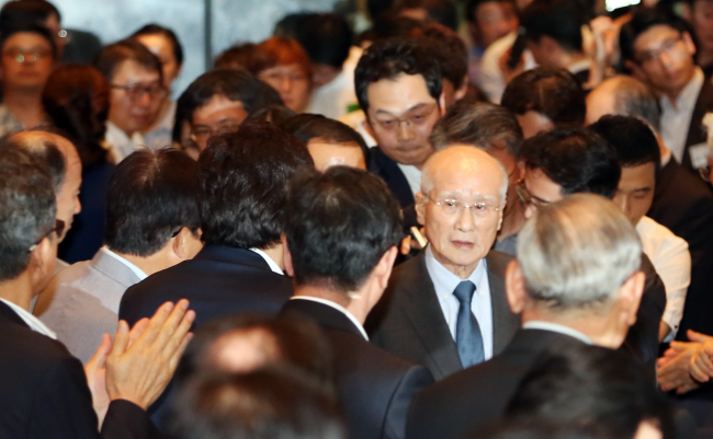 Kim Woo-choong, the former chairman of now-defunct Daewoo Group, enters the venue of a special forum organized by the Daewoo SKY Institute, a nonprofit organization studying Daewoo's global management, last Tuesday in Yeouido, Seoul. The forum was organized to commemorate a book on the dissolution of Daewoo from Kim's point of view. (Yonhap)