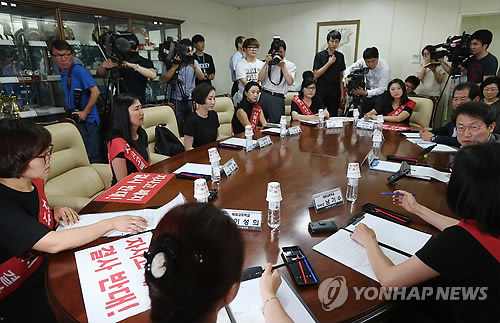 A group of student parents meets Seoul education chief Cho Hi-yeon to express their opposition to a move to cancel the status of autonomous private high schools in July. (Yonhap)