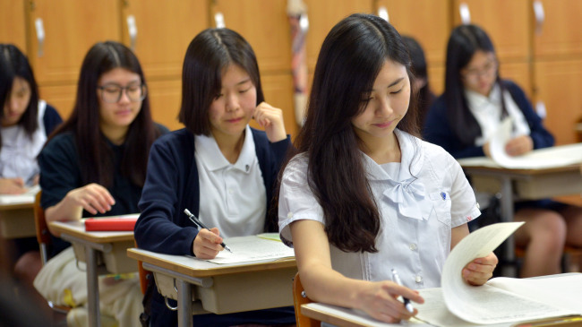 Senior high school students take a mock examination in preparation for the College Scholastic Ability Test at Pungmoon Girls' High School in Seoul on Wednesday. This year's college entrance exam will be held on Nov. 13. (Kim Myung-sub/The Korea Herald)