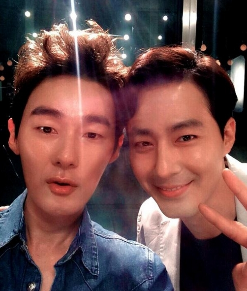 Entertainer Huh Ji-woong (left) and actor Jo In-sung take a selfie. (Huh Ji-woong Twitter)