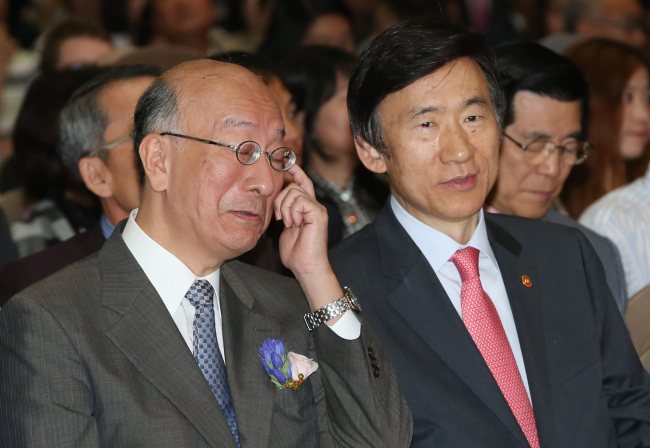 Foreign Minister Yun Byung-se (right) and Japanese Ambassador Koro Bessho attend a joint culture event in southern Seoul on Sunday. (Yonhap)