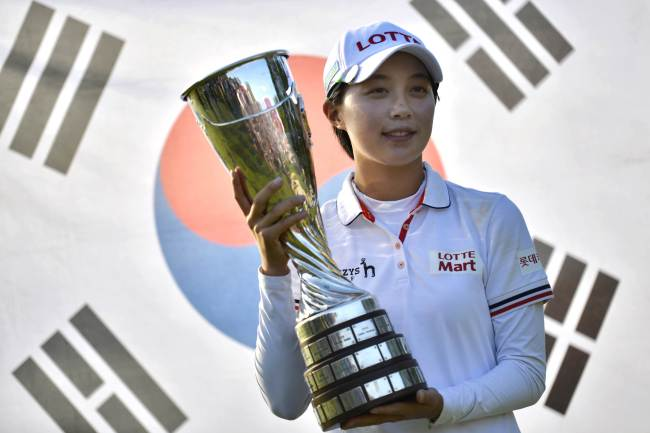 Korea's Kim Hyo-joo poses with the winner's trophy on Sunday. (AP-Yonhap)