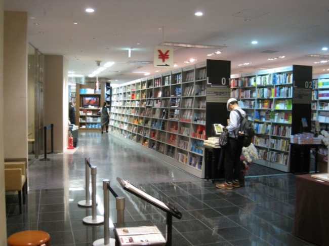 Rows of bookshelves at Maruzen Marunouchi Main Store. (The Yomiuri Shimbun)