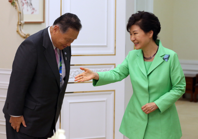 President Park Geun-hye greets former Japanese Prime Minister Yoshiro Mori at Cheong Wa Dae on Friday. Mori, who was invited to the opening ceremony of the 2014 Asian Games in Incheon, delivered a message from Japanese leader Shinzo Abe to Park. (Yonhap)