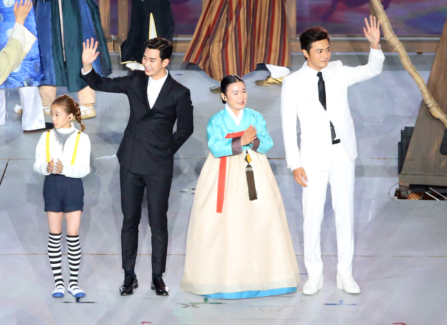 South Korean celebs, including actor Kim Soo-hyun (second from left) and actor Jang Dong-gun (right), join the opening ceremony of the 2014 Asian Games in Incheon on Friday. (Yonhap)