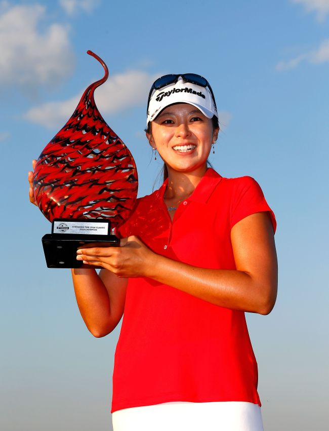 Korea's Hur Mi-jung poses with the winner's trophy on Sunday. (AFP-Yonhap)