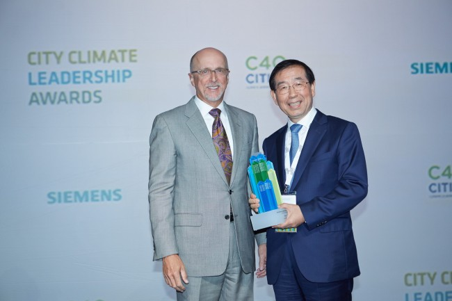 Seoul Mayor Park Won-soon (right) poses with Daryl Dulaney, president and CEO of Siemens Industry, onMonday after receiving an award at the C40 & Siemens City Climate Leadership Awards at the ManhattanCenter in New York. (Siemens)