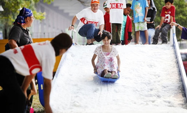 A girl plays in artificial snow at the Jak-Japan Matsuri event in Jakarta on Sunday. (The Jakarta Post)