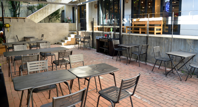 The Pancake Epidemic Seoul's flagship cafe, which opened in Sinsadong, features patio seating for patrons who want to sip their brews outdoors. (Yoon Byung-chan/The Korea Herald)