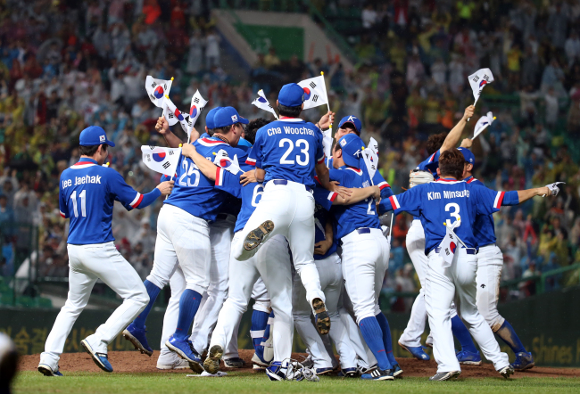 South Korean baseball players react after winning the final match against Chinese Taipei during the 17th Asian Games Incheon Sept. 28. (Yonhap)