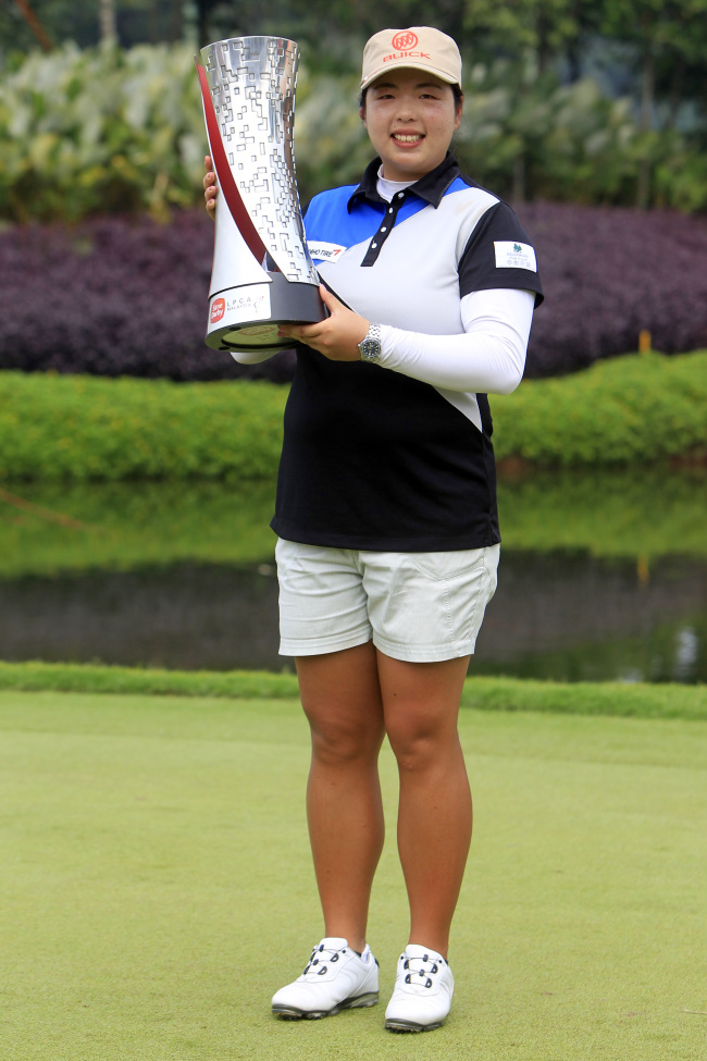 China's Shanshan Feng poses with the winner's trophy. ( AP-Yonhap)