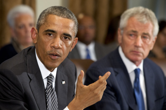 President Barack Obama speaks to the media about Ebola during a meeting in the Cabinet Room of the White House in Washington, Wednesday, with members of his team coordinating the government's response to the Ebola outbreak. (AP-Yonhap)